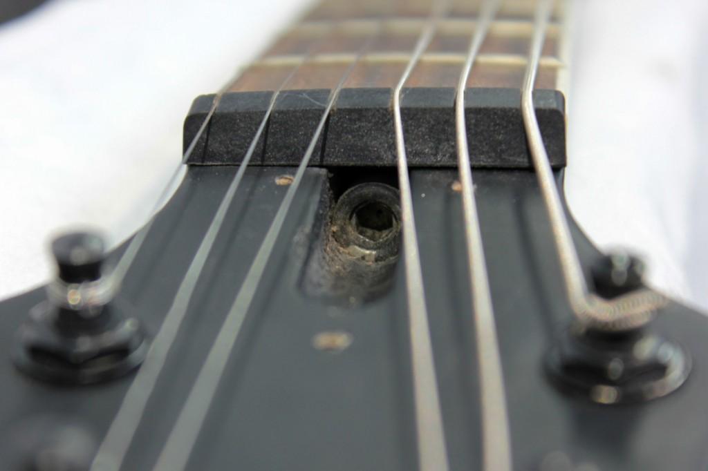 obniżenie strun w gitarze
