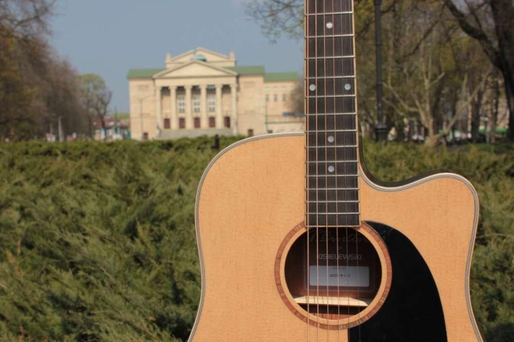 bardzo dobra gitara akustyczna