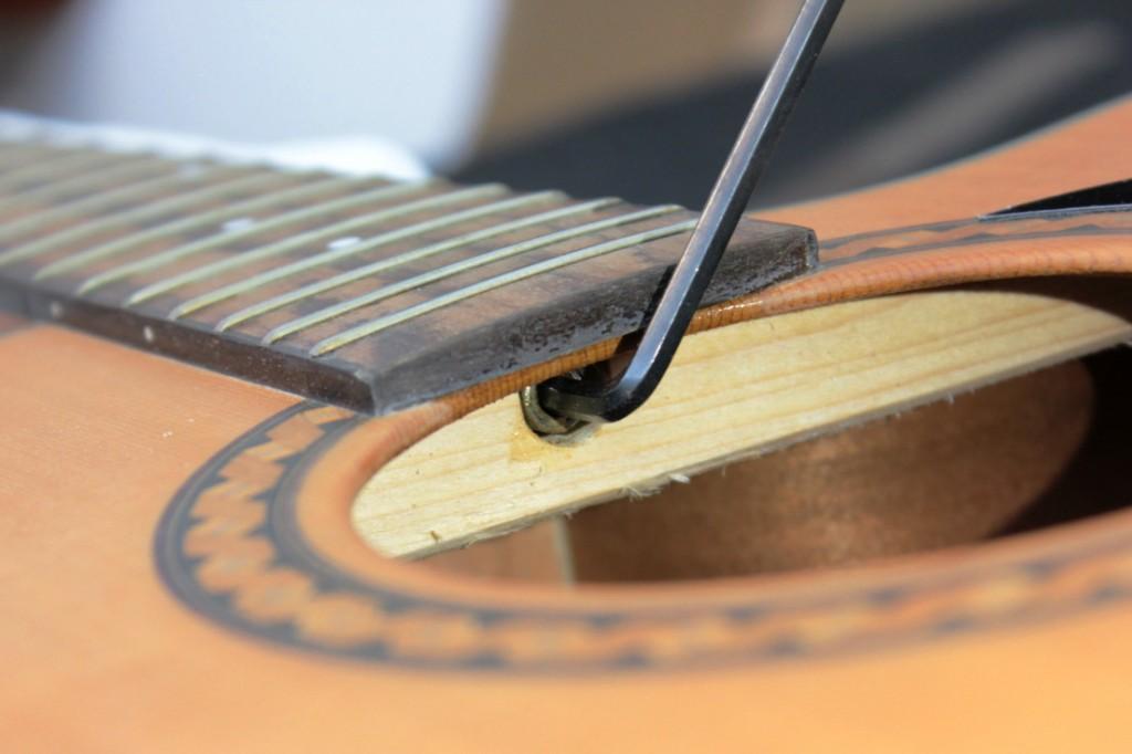 jak obniżyć struny w gitarze