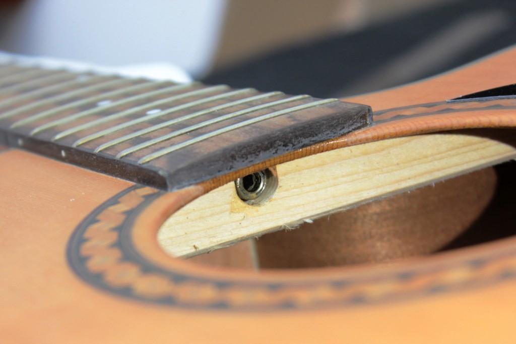akcja strun w gitarze akustycznej