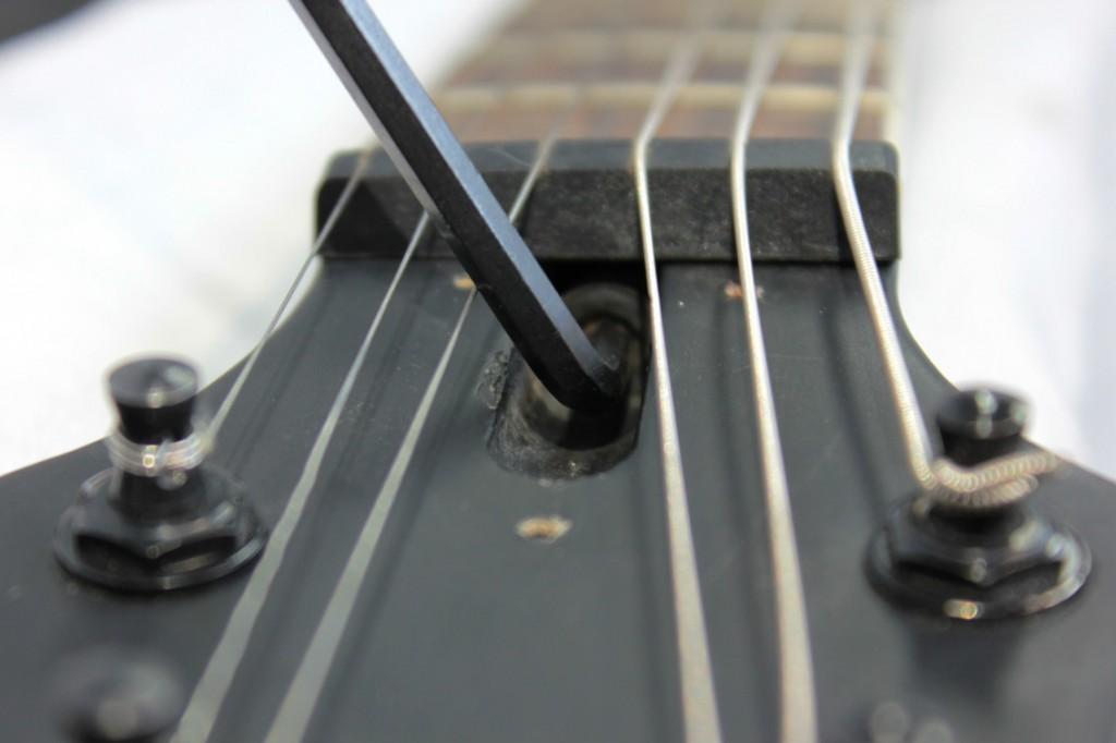 zmiana wysokości strun w gitarze